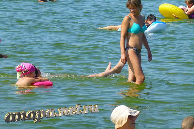 Анапа Центральный пляж ребенок с мамой рядом с берегом