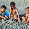 Анапа п. Малый Утриш дети на галечном пляже
